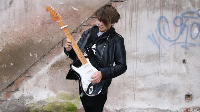 Rock n roll na slovensku nevymiera Tomáš Mikulka zo superstár vydáva prvý singel