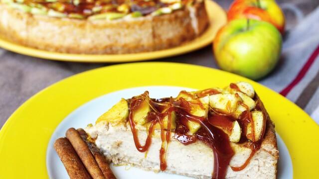 Škoricový cheesecake s jablkami a karamelom