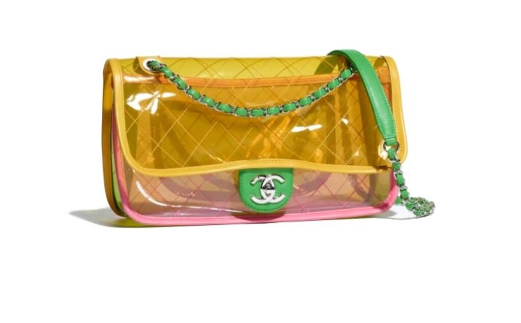 V tomto prípade sa nestáva módnym doplnkom len samotná kabelka ale aj jej  obsah b8b84a0dceb