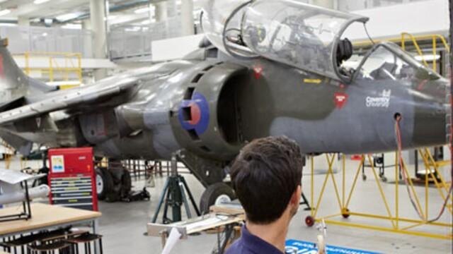 Trenažér F1 či stíhačka Harrier, ako bežná súčasť výučby na univerzite.
