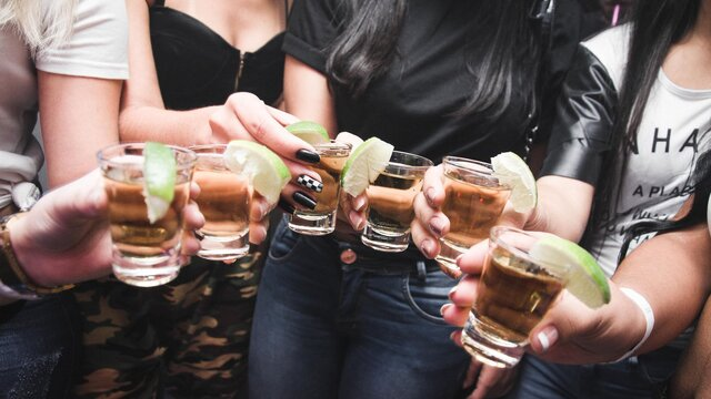 Čo vznikne spojením baru a krásnych žien?