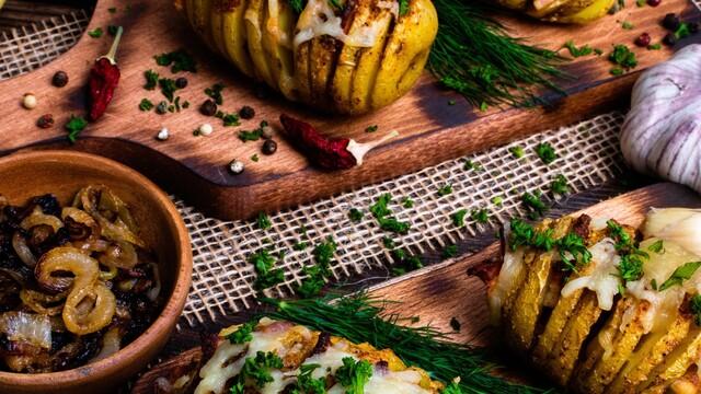 Pečené zemiaky so zapekanou slaninkou a syrom