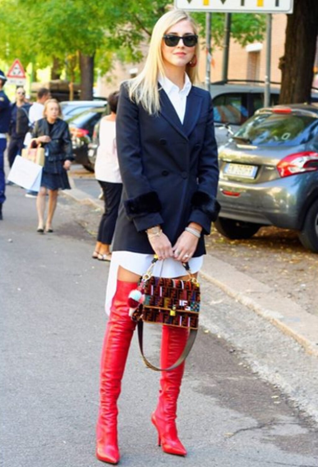 6a19eae51b60 slávna talianska módna blogerka CHIARA FERRAGNI prišla na prehliadku značky  Fendi vo Fendi looku – typické červené nadkolenné čižmy z februárovej  kolekcie ...