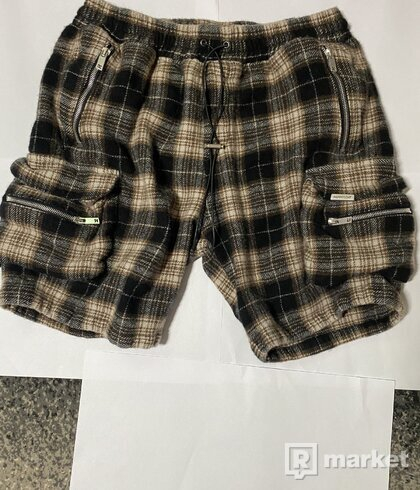 Represent cargo shorts