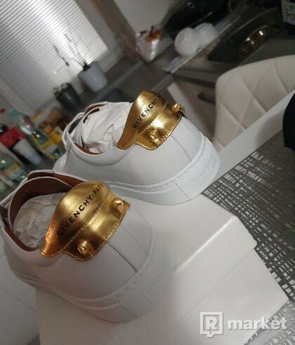 Givenchy low leather gold sneakers