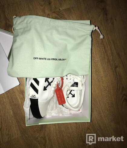 OFF-WHITE VULC LOW TOP SNEAKER