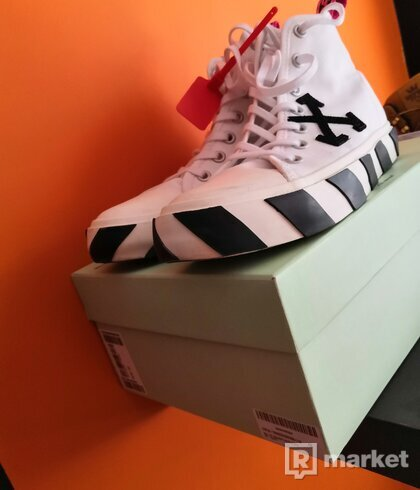 Off-white arrows patch white