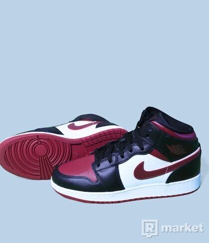 Air Jordan 1 mid Bred toes GS