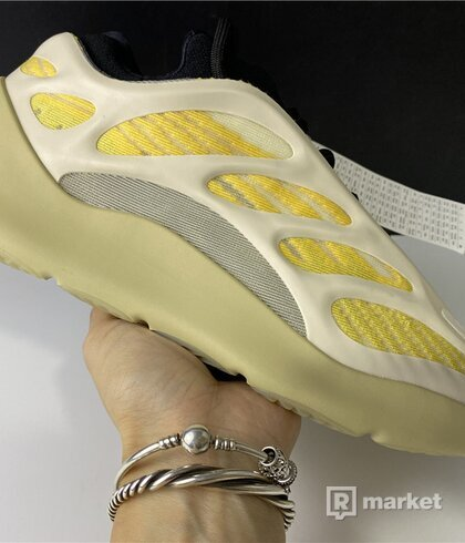 Yeezy 700 V3 safflover
