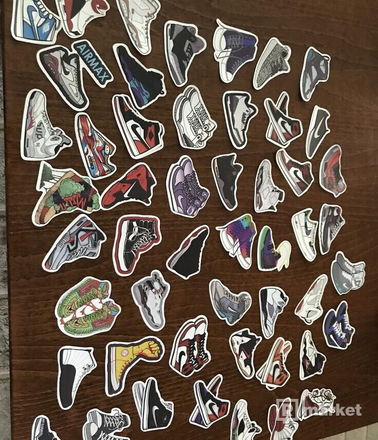 Skateboardove nálepky rôznych značiek