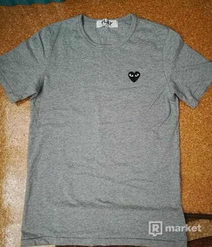 Tričko značky CDG Play sivé s čiernym srdcom