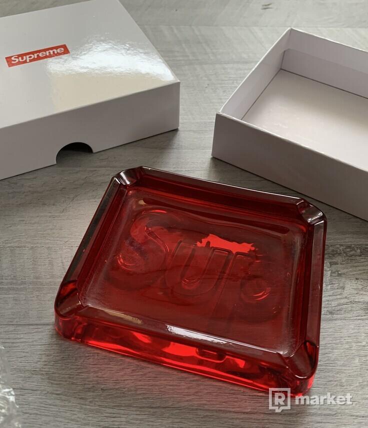 Supreme Debossed Glass Ashtray Red (popolník)