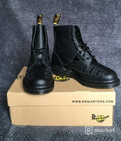 DR. MARTENS  1460 CUT OUT