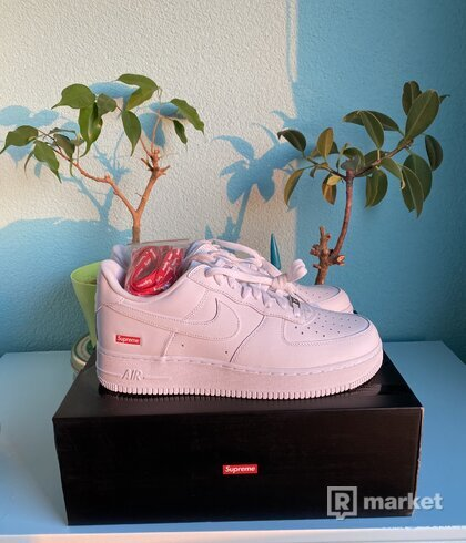 Nike Air Force 1 low x Supreme Logo Box
